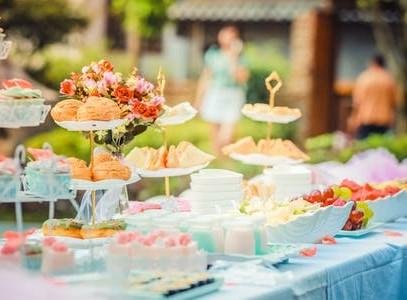 jedzenie naskładanym stole cateringowym